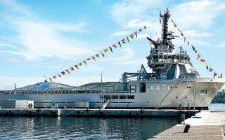 Το νέο πλοίο του Πολεμικού Ναυτικού, σημαιοστολισμένο.