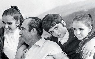 Ο Κωνσταντίνος Μητσοτάκης με τρία από τα παιδιά του.