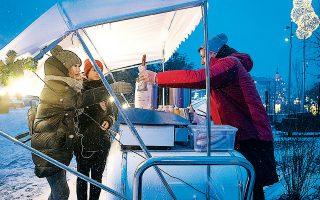 Καντίνα με χοτ ντογκ στο πάρκο Ζαριάντιε δίνει τον τόνο των εορταστικών εκδηλώσεων στη Μόσχα.