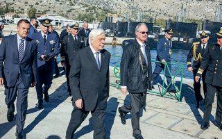 Ο κ. Παυλόπουλος, συνοδευόμενος από τον κ. Παναγιωτόπουλο (αριστερά) και τον κ. Τασούλα, στην τελετή ονοματοδοσίας και ένταξης στο Πολεμικό Ναυτικό του πλοίου «Ατλας Ι».