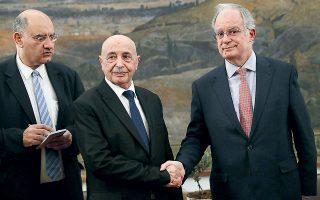 Ο Αγκίλα Σάλεχ Ισα με τον Κωνσταντίνο Τασούλα χθες στη Βουλή. «Ως ελληνικό Κοινοβούλιο ενδιαφερόμαστε για την ειρήνευση και τη συμφιλίωση στη χώρα της Λιβύης και προφανώς υποστηρίζουμε τις προσπάθειες που γίνονται μέσω του ειδικού απεσταλμένου του ΟΗΕ προς αυτόν τον σκοπό», τόνισε ο πρόεδρος της Βουλής.