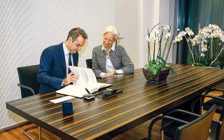 Ο Κυριάκος Μητσοτάκης με την Κριστίν Λαγκάρντ χθες στη Φρανκφούρτη. Ακολούθησε διευρυμένη συνάντηση με τη συμμετοχή του υπ. Οικονομικών Χρήστου Σταϊκούρα και του διοικητή της Τράπεζας της Ελλάδος Γιάννη Στουρνάρα.