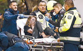 Οι άνδρες της Πυροσβεστικής απεγκλώβισαν συνολικά 20 άτομα. Τρία εξ αυτών –δύο γυναίκες και ένας άνδρας– μεταφέρθηκαν στο νοσοκομείο Αττικόν.