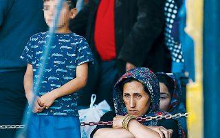 Πέντε μήνες μετά την ανάκληση της εγκυκλίου σχετικά με την απόδοση ΑΜΚΑ σε ξένους υπηκόους, υπολογίζεται ότι τουλάχιστον 52.900 αιτούντες άσυλο δεν διαθέτουν επισήμως πρόσβαση στο δημόσιο σύστημα υγείας.