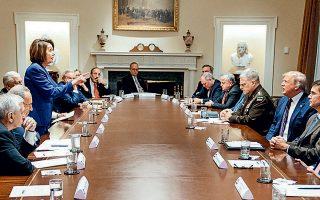Η πρόεδρος της Βουλής των Αντιπροσώπων των ΗΠΑ, Νάνσι Πελόσι, υψώνει ανάστημα εναντίον του προέδρου Τραμπ σε ένα δωμάτιο γεμάτο γραβάτες.