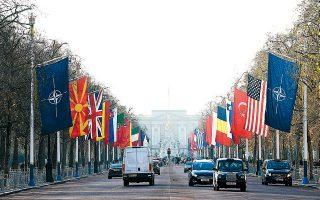Οι σημαίες των χωρών-μελών του ΝΑΤΟ ανεμίζουν στους δρόμους του Λονδίνου, εν αναμονή της διήμερης συνόδου κορυφής της μεγαλύτερης στρατιωτικής συμμαχίας του κόσμου.