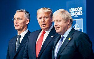 Ο Ντόναλντ Τραμπ ανάμεσα στον γενικό γραμματέα του ΝΑΤΟ Γενς Στόλτενμπεργκ και στον οικοδεσπότη της συνόδου κορυφής του ΝΑΤΟ, Μπόρις Τζόνσον, στο Γουότφορντ.