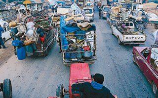 Αμαχοι εγκαταλείπουν με κάθε μέσο την επαρχία Ιντλίμπ, η οποία αποτελεί το τελευταίο προπύργιο των τζιχαντιστών.