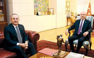 Ο Μεβλούτ Τσαβούσογλου (αριστερά) κατά τη χθεσινή συνάντησή του με τον αρχηγό της αξιωματικής αντιπολίτευσης Κεμάλ Κιλιτσντάρογλου, με θέμα τη λιβυκή κρίση.