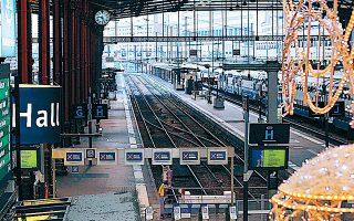 Χωρίς συρμούς και επιβάτες χθες, για δεύτερη κατά σειράν ημέρα, ο κεντρικός σιδηροδρομικός σταθμός Γκαρ ντε Λυών στο Παρίσι.