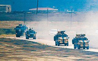 Στρατιωτικά οχήματα της Ρωσίας και της Τουρκίας επιστρέφουν από κοινή περιπολία στη βορειοανατολική Συρία.