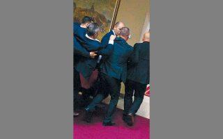 Βουλευτής της φιλοσερβικής αντιπολίτευσης απομακρύνεται «σηκωτός» από τη Bουλή.