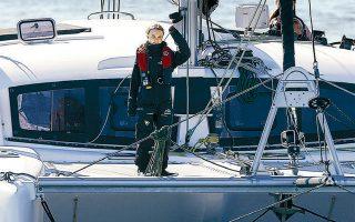 Ορθια στο καταμαράν «La Vagabonde», η Γκρέτα Τούνμπεργκ χαιρετάει τους υποστηρικτές της φθάνοντας στο λιμάνι της Λισσαβώνας.
