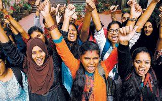 Νεαρές Ινδές φοιτήτριες βγήκαν στους δρόμους για να πανηγυρίσουν τον θάνατο τεσσάρων βιαστών στα χέρια της αστυνομίας.
