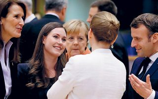 Oι πρωθυπουργοί του Βελγίου Σόφι Βίλμες, της Φινλανδίας Σάνα Μαρίν και της Δανίας Μέτε Φρέντρικσεν (πλάτη), η Γερμανίδα καγκελάριος Αγκελα Μέρκελ και ο Γάλλος πρόεδρος Εμανουέλ Μακρόν, χθες στις Βρυξέλλες.