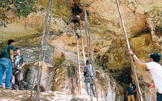 Η είσοδος του σπηλαίου στο οποίο εντοπίσθηκε μόλις προ διετίας η αίθουσα των τοιχογραφιών, όταν μέλος της αποστολής παρατήρησε μια μικρή δίοδο κοντά στην οροφή μεγάλης αίθουσας.