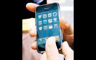 Πολλοί αντιτίθενται στις κλήσεις από κινητά τηλέφωνα στη διάρκεια αεροπορικού ταξιδιού.