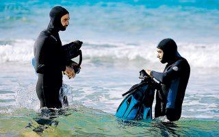 O Iσραηλινός αρχαιολόγος Εχούντ Γκαλίλι και συνάδελφός του ετοιμάζονται να καταδυθούν στα νερά της Μεσογείου για να μελετήσουν το τοιχίο.