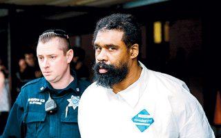 O 38χρονος Γκράφτον Τόμας συνελήφθη με την κατηγορία ότι εισέβαλε σε σπίτι ραββίνου και μαχαίρωσε πέντε άτομα που γιόρταζαν το Χάνουκα.