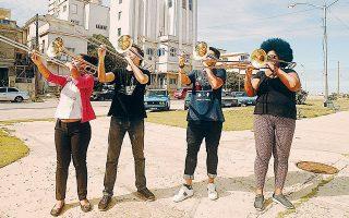 Στη νέα παράσταση των Rimini Protokoll, «Granma: Trombones from Havana», οι τέσσερις Κουβανοί αφηγούνται τις προσωπικές τους ιστορίες.