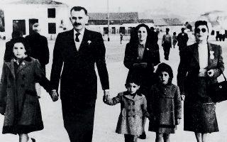 Βόλτα με τη γιαγιά Ευτυχία (δεξιά) και τον παππού Κωστή.