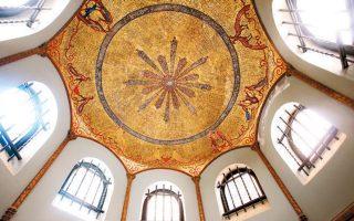 Το εσωτερικό του Μεγάρου Τσίλλερ - Λοβέρδου, με τις οροφογραφίες, τις τοιχογραφίες, τα τζάκια και την ξυλόγλυπτη σκάλα, έχει αποκατασταθεί.