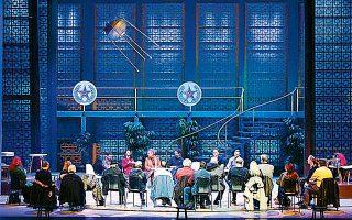 Οι συντελεστές της «Νυχτερίδας» του Στράους με την οποία το ΜΜΘ επιστρέφει στην όπερα.
