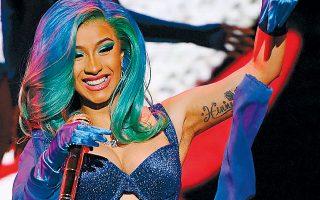 Η δημοφιλέστατη καλλιτέχνις της ποπ-ραπ σκηνής Cardi B έγινε η πρώτη γυναίκα που τραγούδησε ζωντανά στην τελετή απονομής των Οσκαρ του πορνό.