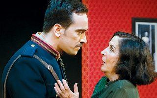 Με τη Νένα Μεντή, που στην παράσταση του Πέτρου Ζούλια υποδύεται τη Μαρίκα Κοτοπούλη.