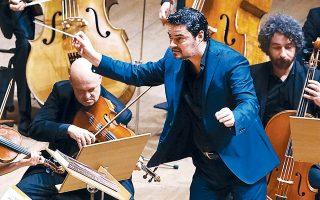 Ο Γιώργος Πέτρου διευθύνει την ορχήστρα «Οι μουσικοί της Καμεράτα - Ορχήστρα των Φίλων της Μουσικής» σε μια μεγάλη εορταστική συναυλία.