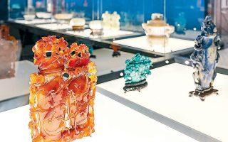 Σκοπός της έκθεσης είναι να παρουσιάσει την άγνωστη κινεζική τέχνη της μικρογλυπτικής σε πολύτιμους λίθους μέσα από 100 αντικείμενα.