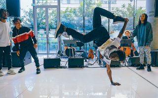 Τα μέλη της βραζιλιάνικης ομάδας Passinho Carioca, από τις φαβέλες του Ρίο, προσέφεραν χθες μια πρόγευση της χορογραφίας των «Ορνίθων».