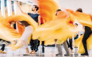 Στιγμιότυπο από τις πρόβες των Μπαλέτων Μπεζάρ, που μεταμορφώνουν την όπερα του Μότσαρτ σε μια χορευτική ονειροφαντασία.