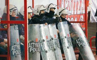 Ανακοίνωση για τα επεισόδια στο «Γ. Καραϊσκάκης» εξέδωσαν οι Ενώσεις Αστυνομικών Υπαλλήλων Αθηνών και Πειραιώς, που επιρρίπτουν ευθύνες στην πολιτεία αλλά και στην κυβέρνηση.