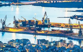 Στο σοβαρό επενδυτικό ενδιαφέρον αμερικανικών επιχειρήσεων για τις ιδιωτικοποιήσεις των λιμένων Αλεξανδρούπολης, Καβάλας και Βόλου (φωτ.) αναφέρθηκε ο Αμερικανός πρέσβης στην Αθήνα Τζ. Πάιατ, μιλώντας στην τελετή των εγκαινίων του Ναυπηγείου Νεωρίου υπό την ONEX Shipyards. Ο Αμερικανός διπλωμάτης εξέφρασε επίσης την ελπίδα ότι ο αμερικανικός όμιλος ONEX σύντομα θα αναλάβει και τα Ναυπηγεία Ελευσίνας.