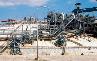 Το σχέδιο περιλαμβάνει έργα για την τροφοδοσία των νησιών με υγροποιημένο φυσικό αέριο (LNG), που θα καταφθάνει σε αυτά από τη Ρεβυθούσα (φωτ.) μέσω μιας εφοδιαστικής αλυσίδας, την οποία ο ΔΕΣΦΑ αποκαλεί «εικονικούς αγωγούς».