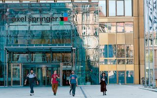 Η μεγαλύτερη συμφωνία της χρονιάς στη Γερμανία αφορούσε την εξαγορά του 44% του ομίλου ΜΜΕ Axel Springer, στον οποίο ανήκει και η σκανδαλοθηρική εφημερίδα Bild από την αμερικανική επενδυτική KKR, έναντι τιμήματος 4,9 δισ. ευρώ.