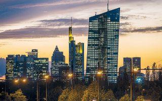Αυξάνεται ο αριθμός των τραπεζών που μετακυλίουν το κόστος στους καταθέτες, επιβάλλοντας αρνητικά επιτόκια ακόμη και σε λογαριασμούς κάτω των 100.000 ευρώ. Στη φωτογραφία, το κτίριο της ΕΚΤ στη Φρανκφούρτη.