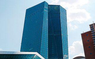 Το κύμα απολύσεων που σαρώνει τον τραπεζικό κλάδο, κυρίως στην Ευρώπη, συμπίπτει και μάλλον όχι τυχαία με τη διάρκεια ζωής των αρνητικών επιτοκίων, που στην Ευρωζώνη επιβλήθηκαν από την ΕΚΤ το 2014.