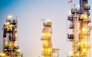 Επειτα από πιέσεις της Σαουδικής Αραβίας, οι χώρες του ΟΠΕΚ αποφάσισαν να αυξήσουν τη μείωση της παραγωγής πετρελαίου στο 1,7 εκατ. βαρέλια την ημέρα προκειμένου να κινηθούν ανοδικά οι τιμές και να προωθηθεί με καλύτερες προοπτικές η εισαγωγή της Aramco στο χρηματιστήριο.