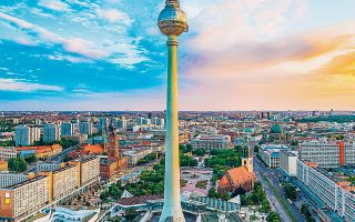 Στις αρχές του 20ού αιώνα,το Βερολίνο είχε κυρίαρχη θέση στον χώρο της μόδας και μπορούσε να ανταγωνιστεί σε παραγωγή, σχέδιο και γοητεία τις πρωτεύουσες της μόδας, Παρίσι και Μιλάνο.
