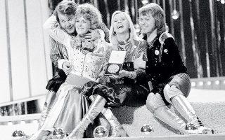 Benny Andersson, Anni-Frid Lyngstad, Agnetha Fältskog, Bjorn Ulvaeus στη σκηνή μετά τη βράβευσή τους στο φεστιβάλ της Eurovision στο Μπράιτον. «Ακόμα κι αν δεν κερδίζαμε, σίγουρα θα μας θυμούνταν για τα κουστούμια μας», είχε πει ο Bjorn Ulvaeus.