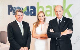 H CEO της Praxia Bank Αν. Σακελλαρίου, ανάμεσα στον αποκλειστικό μέτοχο της τράπεζας Μπ. Ντάιαμοντ (εξ αριστερών) και τον πρόεδρο Κ. Πασέρα.