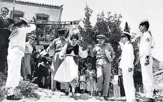 Από περιοδεία του βασιλικού ζεύγους στην Αρτα και στην κεντρική Ηπειρο. Σε δύσβατα χωριά, ο κόσμος παρακολουθούσε έκπληκτος τους βασιλείς.