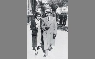Ενα ζεύγος Αθηναίων στη Λεωφόρο Αμαλίας στις 29 Ιανουαρίου 1950, πριν από 70 χρόνια.