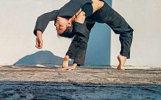"""«Αν ο ίδιος δεν ασκείσαι και δεν χορεύεις, αφήνεις το σώμα σου απαίδευτο και """"νεκρό"""". Χρειάζεται να το έχεις πάντα σε εγρήγορση, καθώς ενισχύει τη σκέψη, βοηθάει στο να ανακαλύπτεις καινούργιους τρόπους κίνησης και έκφρασης και εντέλει να χορογραφείς και να το μεταδίδεις», λέει η Κορίνα Κόκκαλη."""