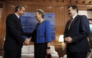 (ΞΕΝΗ ΔΗΜΟΣΙΕΥΣΗ)  Ο πρωθυπουργός Κυριάκος Μητσοτάκης (Α) μιλάει με τον αντιπρόεδρο της Ευρωπαϊκής Επιτροπής και αρμόδιο για την προώθηση του ευρωπαϊκού τρόπου ζωής Μαργαρίτη Σχοινά (Δ) και την επίτροπο Εσωτερικών Υποθέσεων Ίλβα Γιόχανσον (2Δ) κατά τη συνάντησή τους στο Μέγαρο Μαξίμου, Πέμπτη 5 Νοεμβρίου 2019. Ο αντιπρόεδρος της Ευρωπαϊκής Επιτροπής  Μαργαρίτης Σχοινάς, αρμόδιος για την προώθηση του ευρωπαϊκού τρόπου ζωής και η επίτροπος Εσωτερικών Υποθέσεων Ίλβα Γιόχανσον ξεκίνησαν  περιοδεία την Πέμπτη στην Αθήνα και την Παρασκευή στην Άγκυρα για να προετοιμάσουν τη μεταρρύθμιση της μεταναστευτικής πολιτικής και της πολιτικής ασύλου στην Ευρωπαϊκή Ένωση . ΑΠΕ-ΜΠΕ/ΓΡΑΦΕΙΟ ΤΥΠΟΥ ΠΡΩΘΥΠΟΥΡΓΟΥ/ΔΗΜΗΤΡΗΣ ΠΑΠΑΜΗΤΣΟΣ