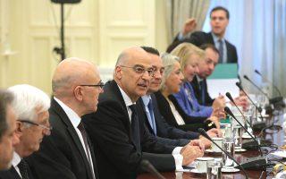 «Η Ελλάδα έχει αυτοπεποίθηση. Είναι μια ευρωπαϊκή χώρα στον σκληρό πυρήνα της Ε.Ε. και μπορεί να αντιμετωπίσει όλα τα προβλήματα», τόνισε ο κ. Δένδιας μετά τη συνεδρίαση του Εθνικού Συμβουλίου Εξωτερικής Πολιτικής.