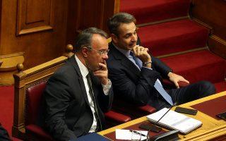 Ο πρωθυπουργός Κυριάκος Μητσοτάκης (Δ) και ο ΥπΟΙΚ Χρήστος Σταϊκούρας (Α), συνομιλούν στη πρώτη μέρα της συζήτησης για τον Προϋπολογισμό του 2020, Σάββατο 14 Δεκεμβρίου 2019. Ξεκινά σήμερα η συζήτηση στη Βουλή για τον Προϋπολογισμό του 2020 η οποία θα ολοκληρωθεί με  ψηφοφορία την προσεχή Τετάρτη. ΑΠΕ-ΜΠΕ/ΑΠΕ-ΜΠΕ/Αλέξανδρος Μπελτές
