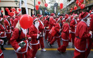 Ξεχωριστό χρώμα στην Αθήνα έδωσε και ο χριστουγεννιάτικος αγώνας δρόμου της χώρας, το Santa Run που ολοκληρώθηκε λίγο μετά τις 12.00 το μεσημέρι.